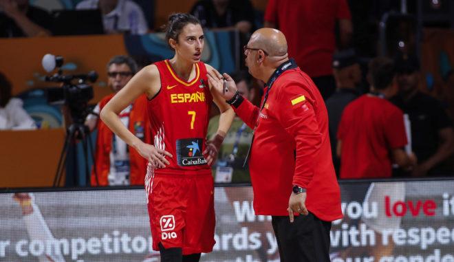 Mondelo habla con Alba Torrens, durante un partido de la Copa del Mundo.