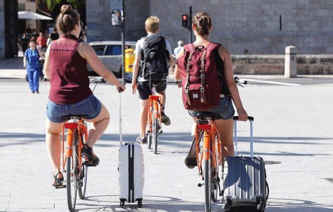 Dos turistas en bici por la ciudad de Valencia.