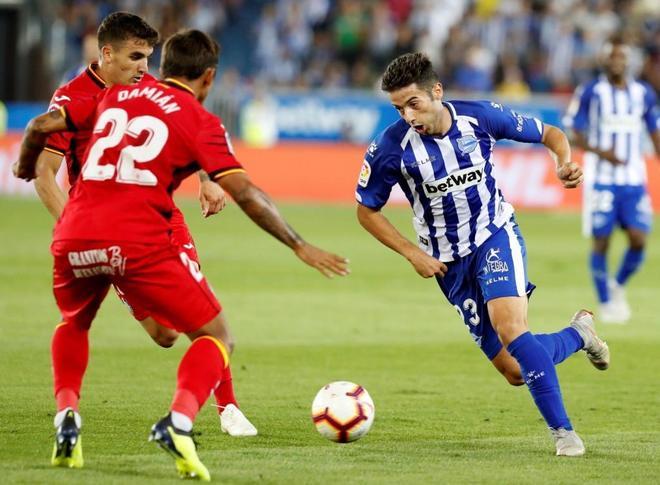 El centrocampista del Alavés Jony (d) trata de regatear a Damián (c) y Maksimovic (i).
