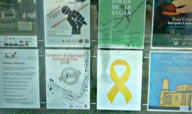 Uno de los lazos amarillos puestos por el Ayuntamiento de Llucmajor.
