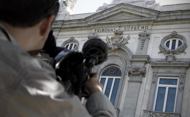Un reportero filma la fachada del Tribunal Supremo.