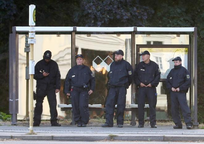 Los policías de Berlín vigilan una protesta cerca del Palacio Bellevue por la visita del presidente turco