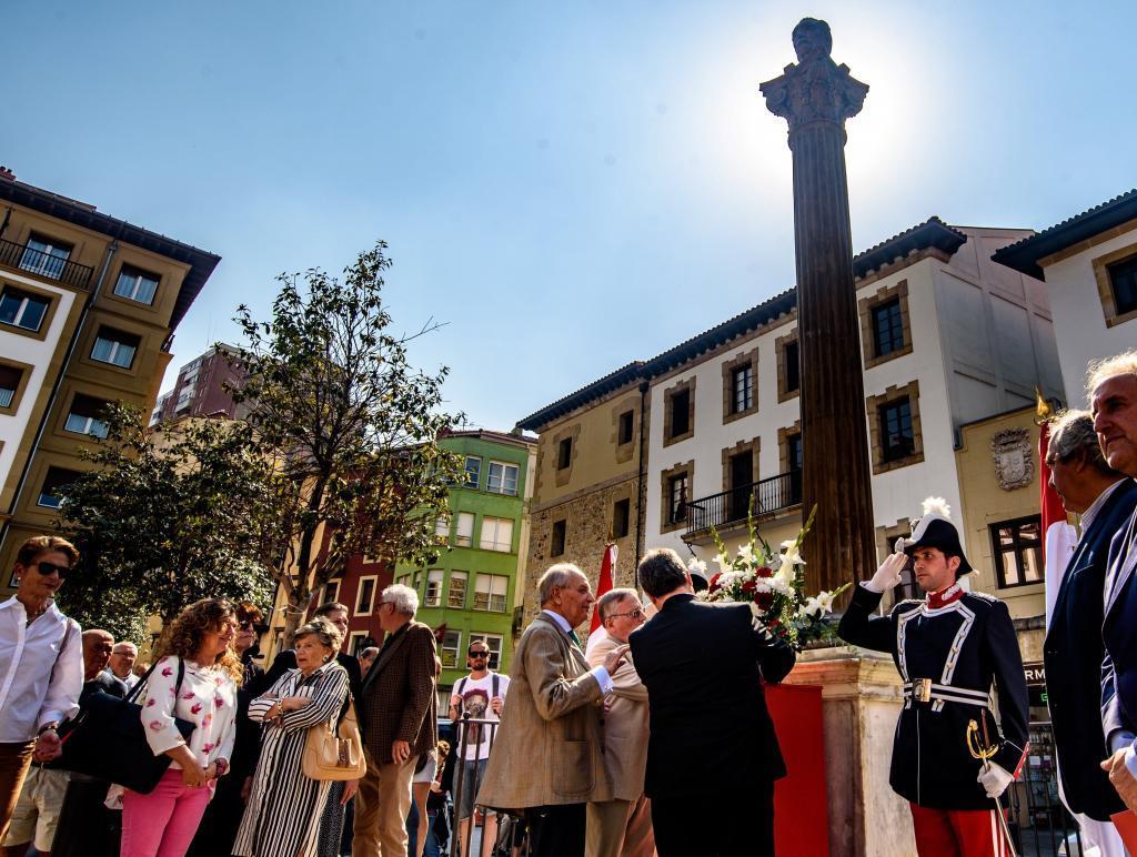 Ofrenda floral en el busto a Unamuno en el Casco Viejo de Bilbao.
