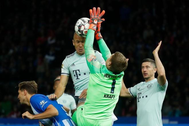 Thomas Kraft  detiene el lanzamiento de cabeza de Arjen Robben.