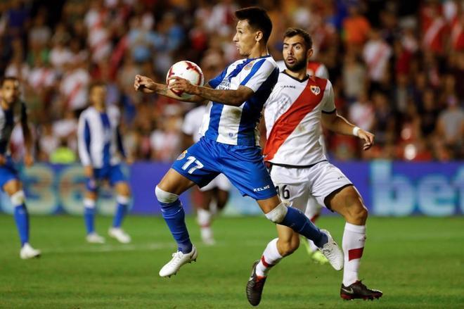 Hernán Pérez (i) intenta controlar el balón ante el defensa del Rayo Jordi Amat.