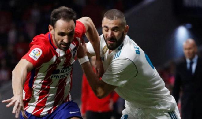 Juanfran y Benzema, durante el derbi en el Metropolitano de la temporada pasada.
