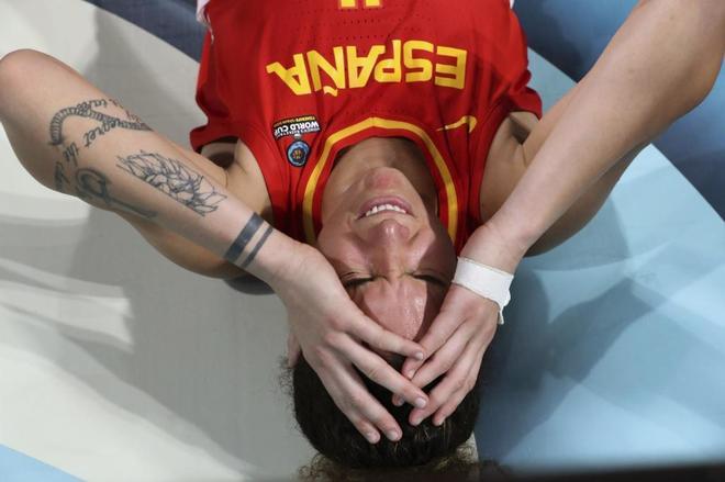 Laura Nicholls, tras el golpe en la cabeza que recibió durante el partido contra Canadá.