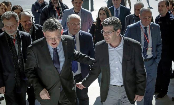 El líder del PSPV, XimoPuig, junto al alcalde de Ontinyent, Jorge Rodríguez.  JOSÉ CUÉLLAR
