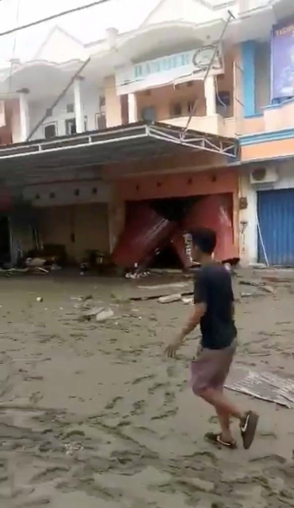 Un ciudadano comprueba los daños tras el terremoto y el paso del...
