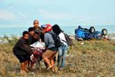 Varios turistas trasladan en la isla de Sulawesi a un herido tras el...