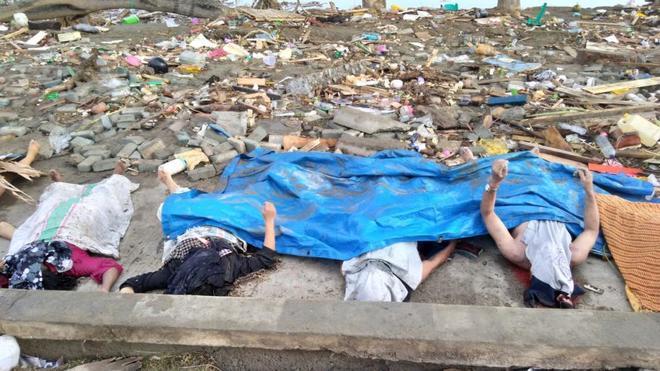 Cuatro de las víctimas que han muerto en el terremoto de Indonesia.