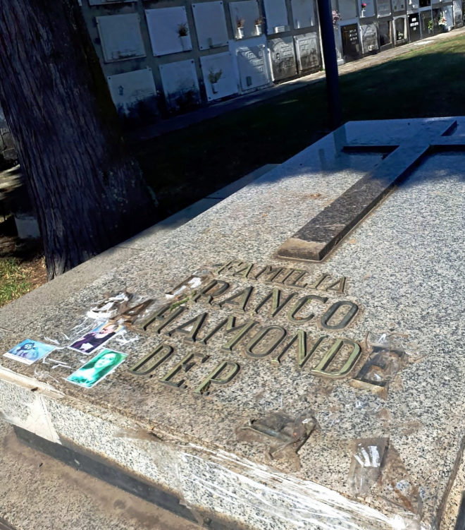 Tres estampitas han aparecido estos días en la lápida de los Franco, en el cementerio municipal de Ferrol, pegadas a la losa con cinta de embalar transparente