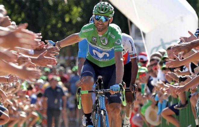 Alejandro Valverde saluda al público asistente al inicio de la última etapa de la Vuelta .