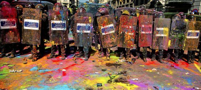 Un grupo de Mossos manchados por la pintura lanzada por los...