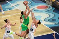 Cambage entra a canasta con la oposición de las jugadoras españolas.