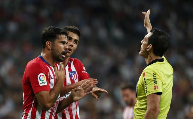 Diego Costa protesta a Martínez Munuera, durante el derbi en el Bernabéu.