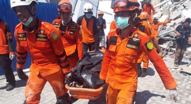 En las últimas horas han logrado sacar a una mujer con vida entre los escombros del hotel.
