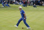 Jon Rahm celebra su victoria ante Tiger Woods.