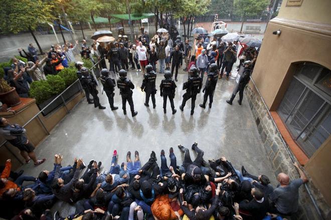 La Policía Nacional intenta sacar las urnas del CEIP Ramon Lull ante la oposición de centenares de personas