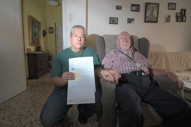 José María Guzman y su padre ciego y con una minusvalía del 80%, en su domicilio.