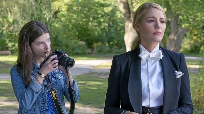 Anna Kendrick y Blake Lively, en 'Un pequeño favor'.