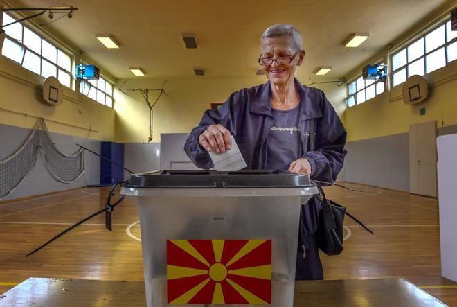 Una mujer vota en el referéndum para cambiar el nombre de Macedonia,...