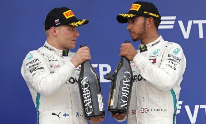 Hamilton y Bottas, cariacontecidos, durante la ceremonia del podio en Sochi.