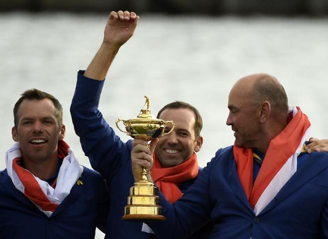 Paul Casey (izda.), Sergio García (C) y Thomas Bjorn  celebran la victoria de Europa en la Ryder Cup.