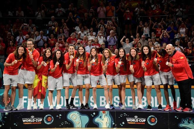 España celebra en el podio el bronce en la Copa del Mundo femenina.