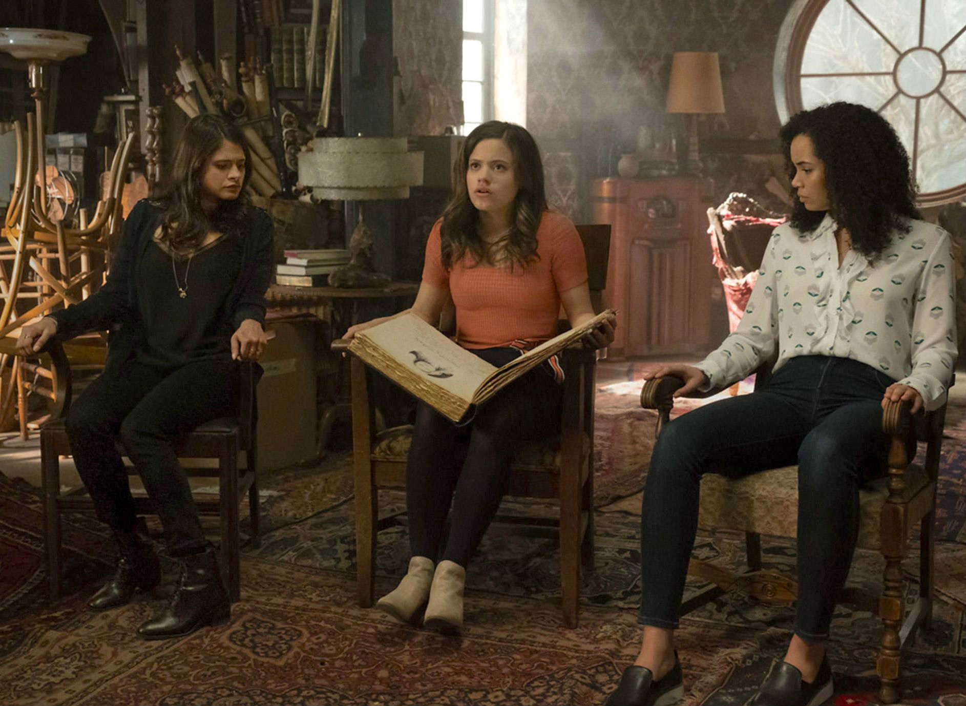 Melonie Diaz, Sarah Jeffery y Madeleine Mantock durante un capítulo...