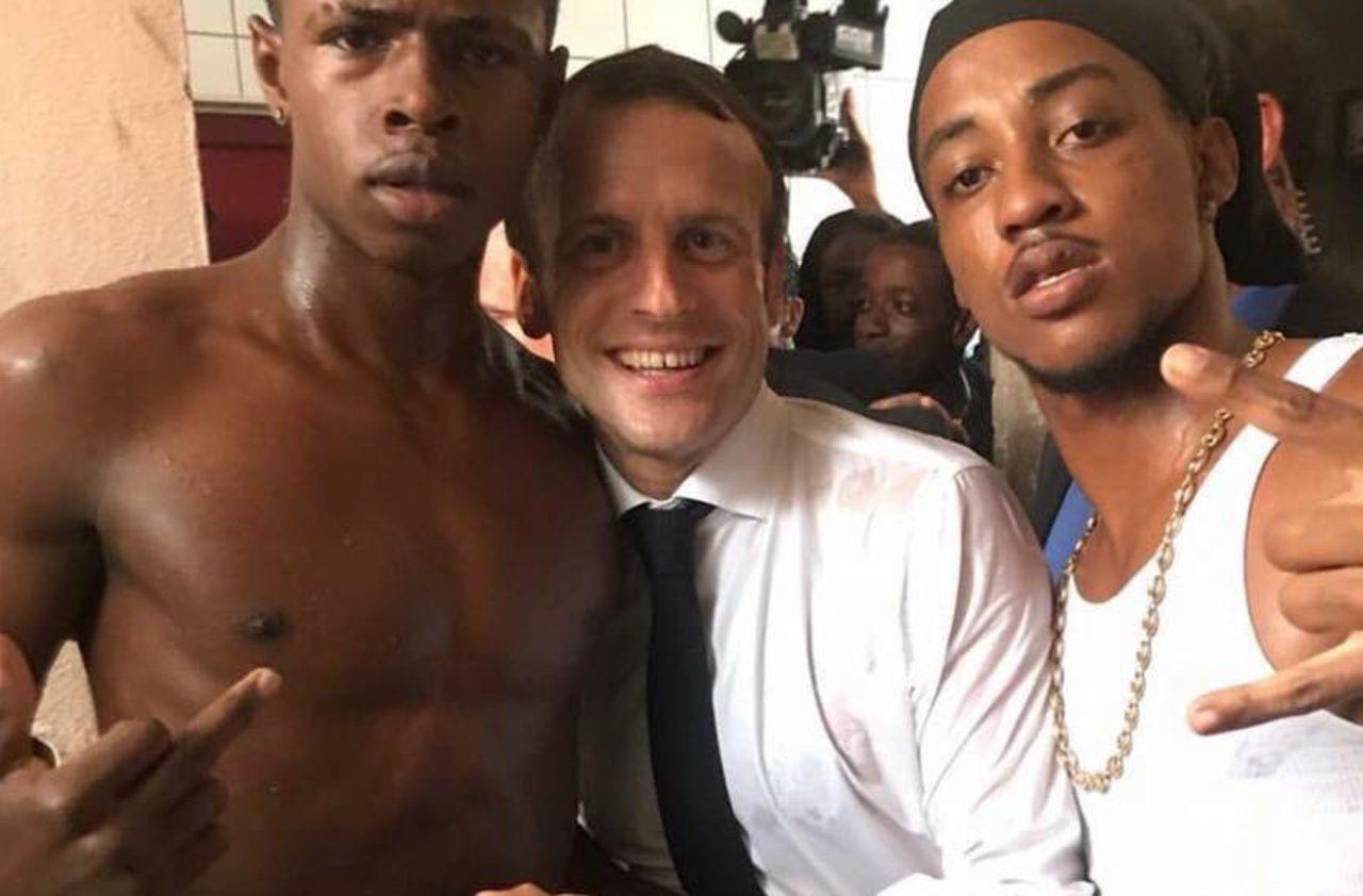 El polémico 'selfie del presidente galo, Emmanuel Macron, durante su visita a San Martín.
