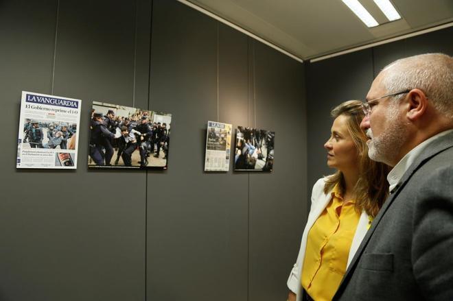 Los ex consejeros Lluís Puig y Meritxell Serret, en la exposición...