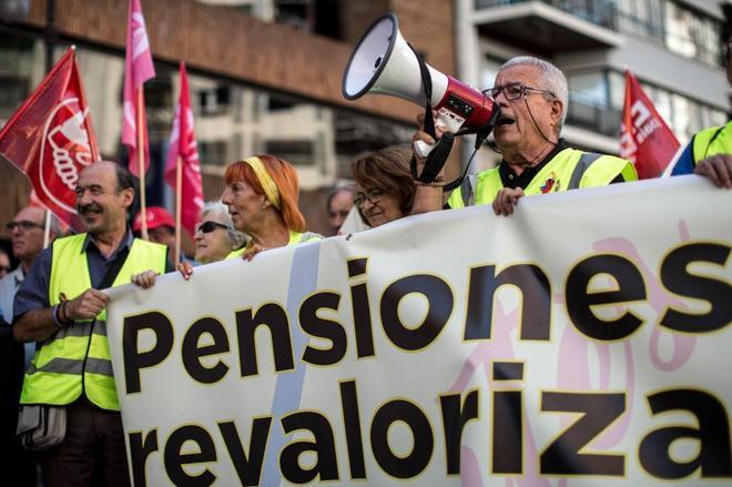 Pensionistas protestan ante la sede de la Delegación del Gobierno en Valencia.