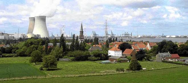 Imagen de la central nuclear de Doel, cerca de Amberes, en Bélgica.