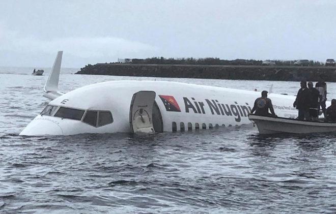 El avión se saltó la pista y cayó en una laguna de Micronesia este viernes.