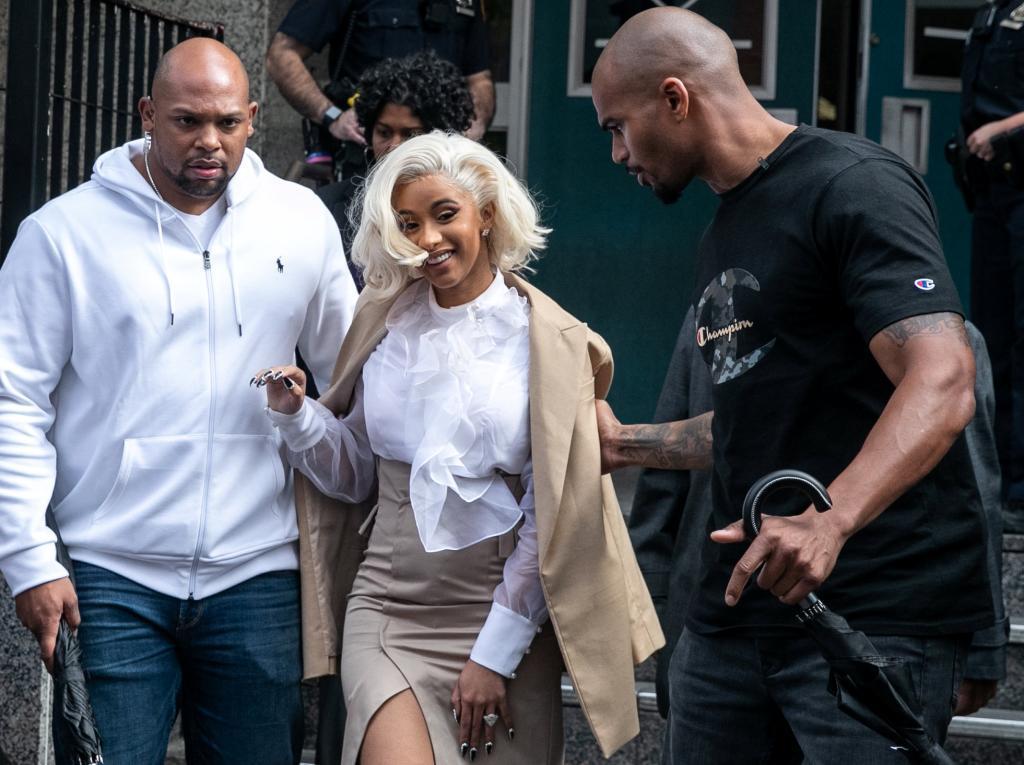 La rapera Cardi B saliendo de la comisaría de Queens, Nueva York.