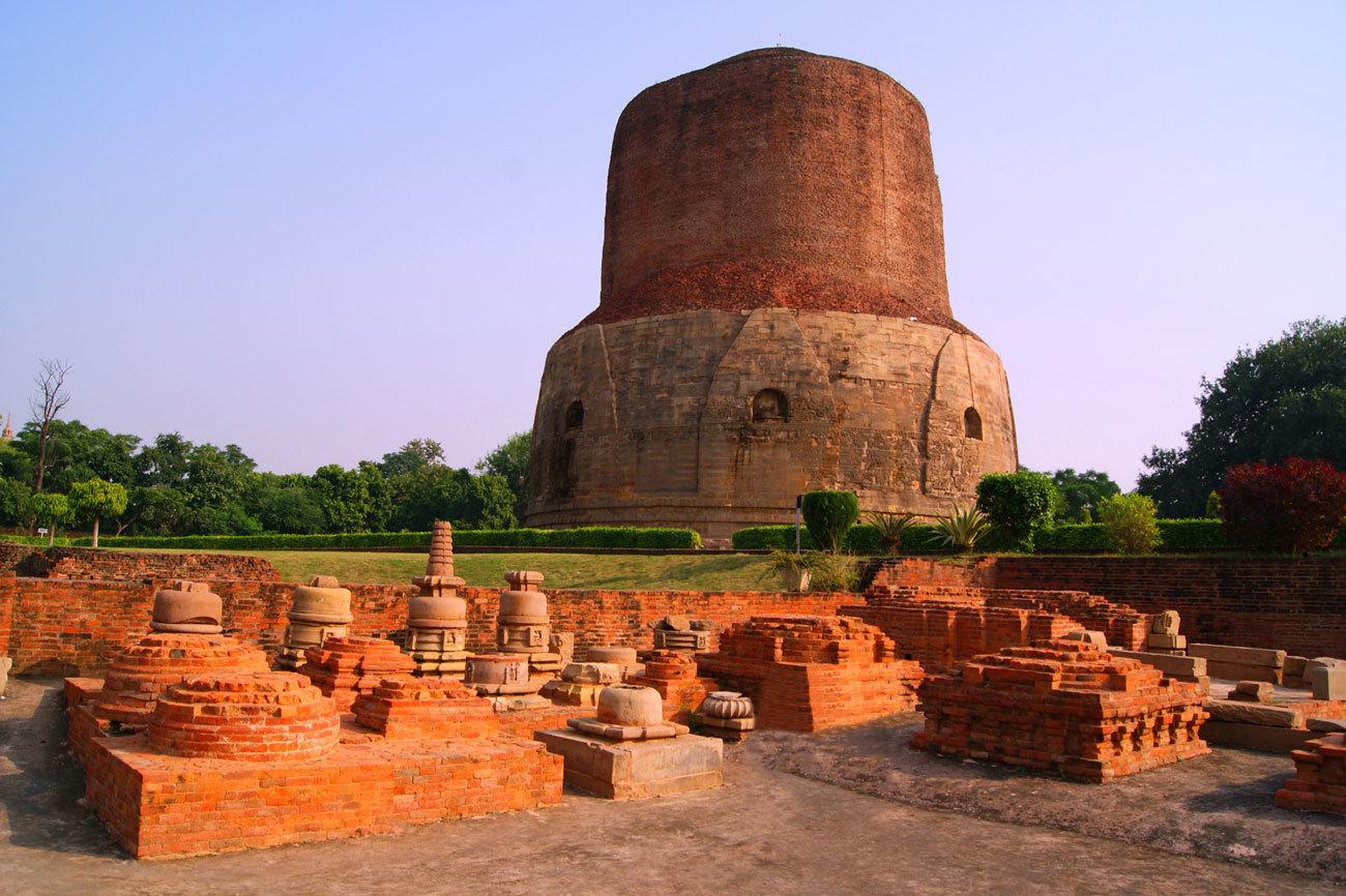 Esta estupa ubicada en Sarnath, a 13 kilómetros de Varanasi (India),...