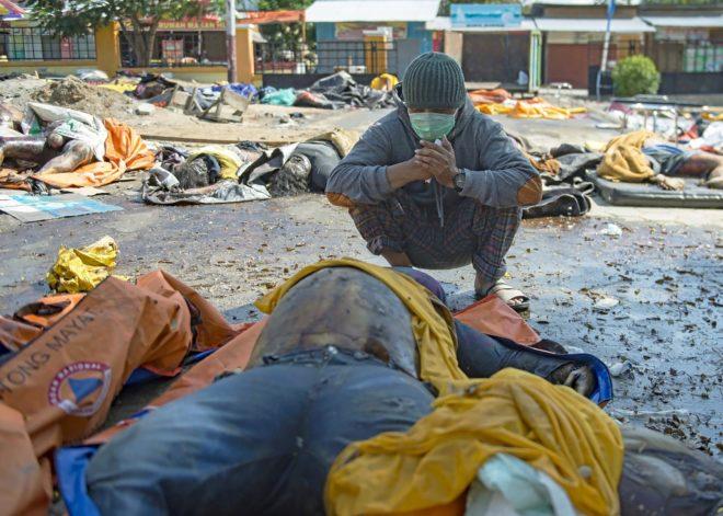 Un hombre reacciona ante los cadáveres en Palu, Indonesia.