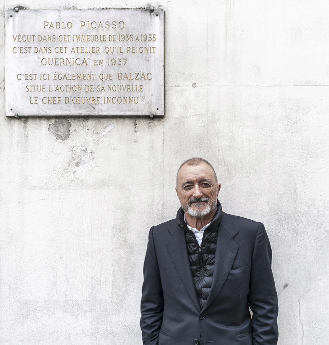 Pérez-Reverte, el lunes, ante la casa de Paris donde Picasso pintó el 'Guernica'.