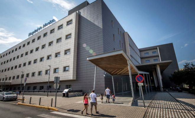 Varias personas caminan hacia una de las puertas de entrada del Hospital de Manises.