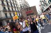 """Estudiantes universitarios protestan en Barcelona bajo el lema """"1-O,..."""