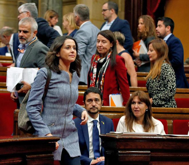La diputada de Ciudadanos Inés Arrimadas, en el momento de abandonar...