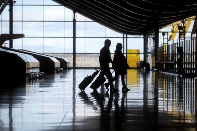 Viajero con maletas de mano en el aeropuerto madrileño de Barajas.