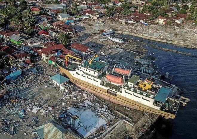 Fotografía aérea de los daños causados por el terremoto y tsunami en  Donggala, Indonesia.