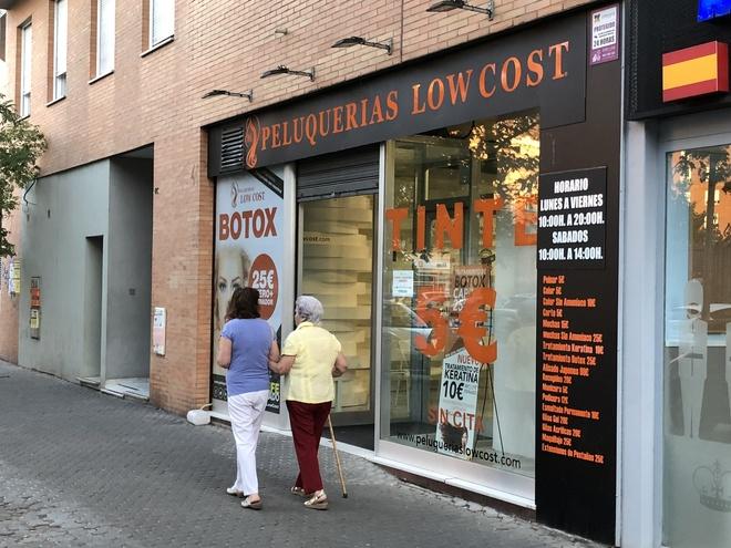 La fachada de una peluquería 'low cost' en Sevilla de la franquicia investigada.