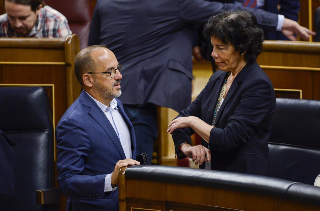 La ministra de Educación y Formación Profesional, Isabel Celaá, y el diputado del PDeCAT, Carles Campuzano. Pleno del Congreso de los Diputados.