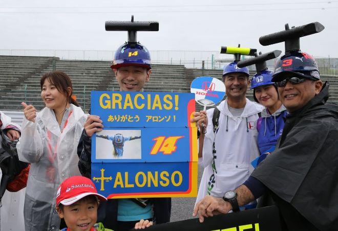 Los aficionados japoneses homenajean a Fernando Alonso.