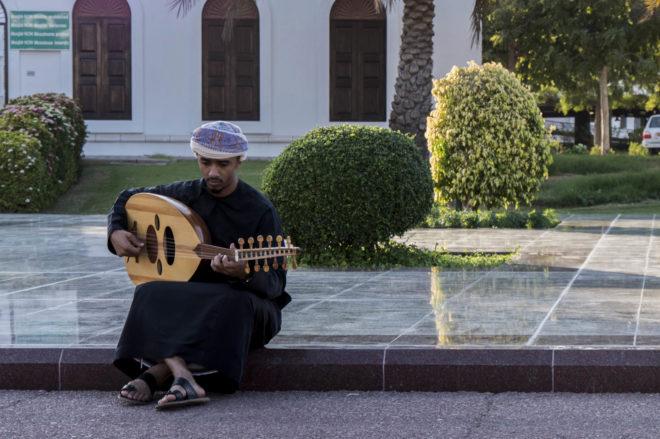 Un joven toca el laud en Mascate, la capital de Omán.