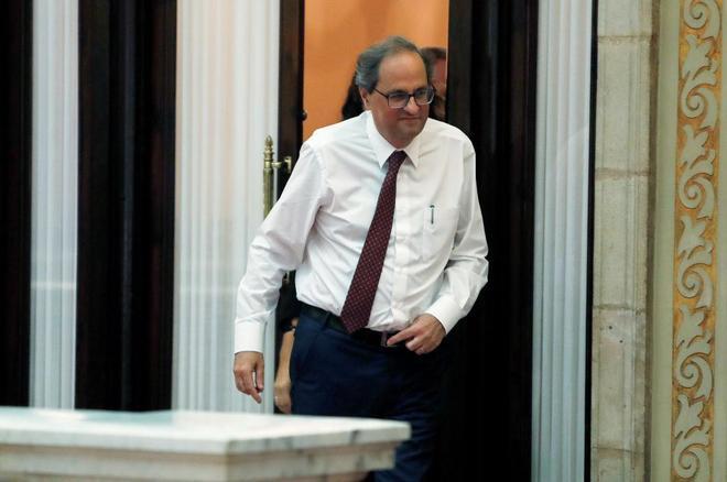 El presidente de la Generalitat Quim Torra sale de su despacho.