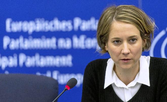 La ex-portavoz de IU en el Parlamento Europeo, Marina Albiol, en una rueda de prensa